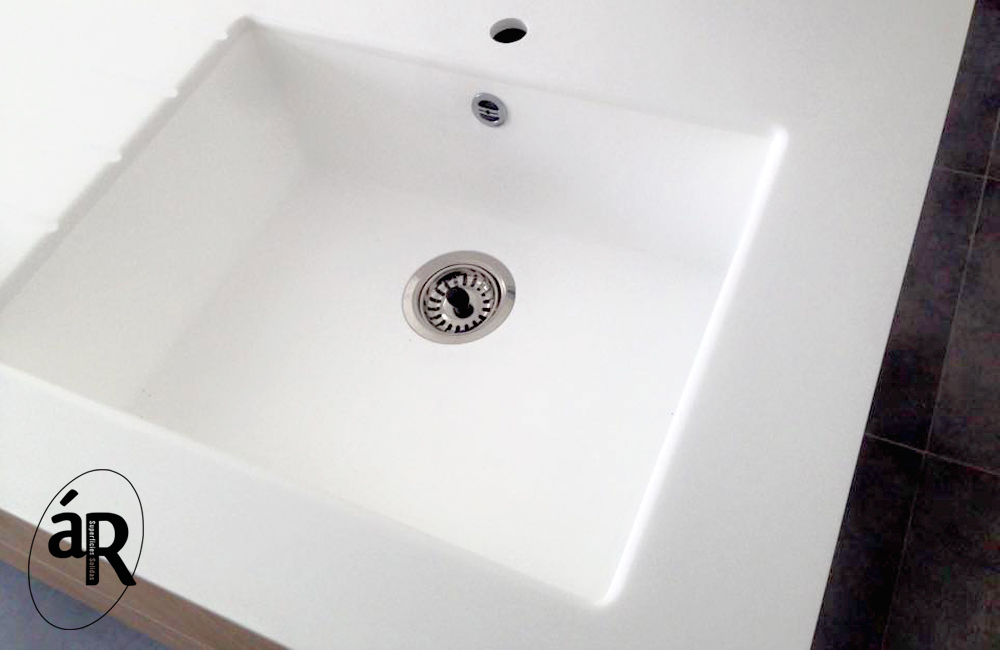 Encimera con lavabo incorporado / Countertop with washbasin incorporated in HI-macs # Ar superficies solidas